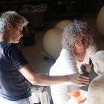 Joanika aan het beeldhouwen met een cliente